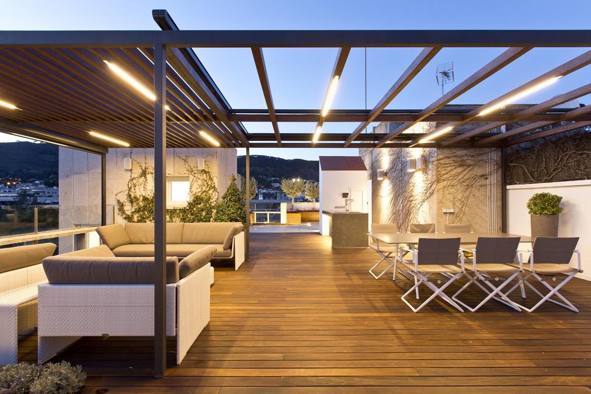 Dise o y construcci n de tico en pedralbes con p rgola de for Disenos de terrazas de madera