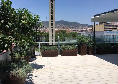 conillas-paisajismo-y-jardineria-terraza-con-tarima-pergola-con-toldo-atico-barcelona-02