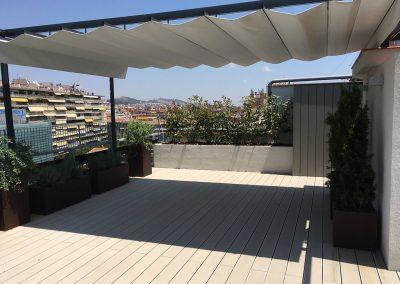 conillas-paisajismo-y-jardineria-terraza-con-tarima-pergola-con-toldo-atico-barcelona-03