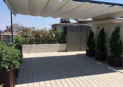 conillas-paisajismo-y-jardineria-terraza-con-tarima-pergola-con-toldo-atico-barcelona-04